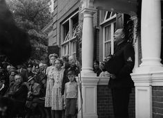 Op 30 juli 1941 opende Anton Mussert onder grote belangstelling van hoge NSB-functionarissen een tehuis voor kinderen van NSB'ers in Nijmegen. Het eerste NSB-kindertehuis was het landhuis 'De Westerhelling' aan de Sophiaweg tussen Nijmegen en Berg en Dal. Mussert sprak op bovenstaande afbeelding Jeugdstormers toe bij de opening van de Westerhelling als NSB-centrum. De Nationaal-Socialistische Beweging (NSB) was een politieke beweging op basis van het nationaalsocialistisch gedachtegoed.