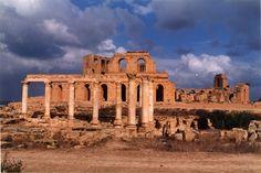 Sabratha et ciel d'orage © Monique Imbert Renou novembre 1999  Vestiges encore plus majestueux sous ce ciel d'orage.  Libye monument