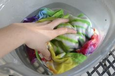 Mar 2018 - Tie-dye crafts are a fun and simple way to create something new using a t-shirt or other white cotton garment. By adding different fabric colors in various patterns, you can make a one-of-a-kind garment to wear or give as a gift. Tie Dye Tips, Dyed Tips, How To Tie Dye, How To Dye Fabric, Food Coloring Tie Dye, Diy Tie Dye Shirts With Food Coloring, Homemade Tie Dye, Ty Dye, Tie Die Shirts