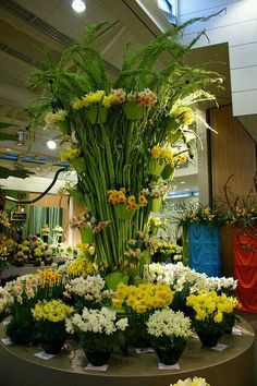 Narcissus in contemporary floral design, Keukenhof Gardens, The Netherlands. Photo: KarlG, via Arrangement Hotel Flower Arrangements, Beautiful Gardens, Beautiful Flowers, Hotel Flowers, Floral Centerpieces, Tall Centerpiece, Wedding Centerpieces, Arte Floral, Cut Flowers