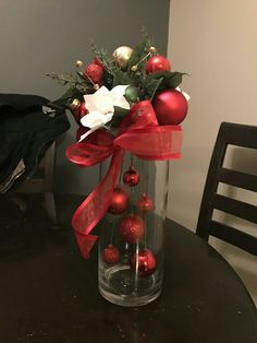christmas centerpieces 10 DIY Christmas Decorations using stuff around the house, this one would look great with some fairy lights too! Christmas Flowers, Noel Christmas, Christmas Projects, Simple Christmas, Christmas Wreaths, Christmas Ornaments, Hanging Ornaments, Christmas Center Piece Ideas, Diy Christmas Lights