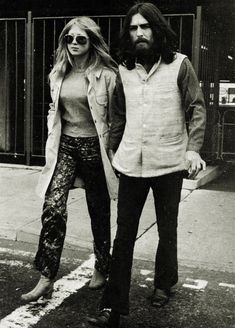 Pattie Boyd-Harrison and George Harrison (seeing their friends Bob and Sara Dylan off at the airport) 70s Fashion, Fashion History, Vintage Fashion, Decades Fashion, Glam Rock, George Harrison Pattie Boyd, Patti Harrison, Rock N Roll, Grunge