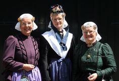 Drente. Rechts en in het midden moeder en dochter waarbij de dochter (hoe leuk!) de originele trouwjurk en het bruidshoedje draagt die haar overgrootmoeder op haar huwelijksdag 29 april 1892 gedragen heeft