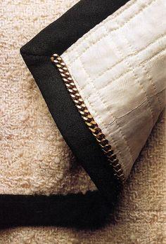 The inside of a Chanel jacket --> Pour une bonne tombée de la veste et qu'elle ne s'ouvre pas même déboutonnée