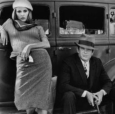 """Niezapomniane. Złota dziesiątka kultowych nakryć głowy.  Chyba każdy kojarzy przebojową produkcję Arthura Penna z 1967 roku, zatytułowaną """"Bonnie and Clyde"""". Film opowiada o parze outsiderów z Dallas, którzy w czasie wielkiego kryzysu przemierzyli Stany, obrabiając po drodze banki. Nie sposób myśleć o groźnej Bonnie bez tego wiecznie przekrzywionego beretu!  Więcej na Moda Cafe!"""