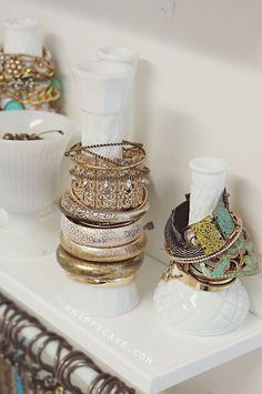 Des jolis vases fins ou des soliflores pour enfiler vos bracelets rigides, un peu larges et les manchettes. Tout simplement! Et si les vases ne vous tentent pas, optez pour une belle bouteille de vin ou de champagne (encore mieux! celle que vous avez bu avec votre chéri lors de votre dernière soirée en amoureux). C'est joli, simple, pas encombrant et facile d'attraper LE bracelet qu'il vous faut pour la journée.