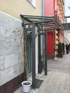 Сданы работы по монтажу козырька со стеклянной крышей над главным входом.Триплекс (triplex — трехслойное безосколочное стекло) является одним из наиболее безопасных видов стекла. Консультация специалиста: http://www.metal-made.ru/contacts/