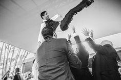 The Fly ! Noivo Carlito sendo jogado pro alto em sua festa de casamento. www.rafaelohana.com #wedding #casamento #wedd #bodas #recepção #reception #party #groom #fly #groomflying #noivo #festa #alegria #happyness
