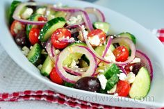 The perfect taste of Greek salad lies in its simplicity and a combination of quality ingredients. Treat yourself to this simple Greek salad recipe as a light dinner or serve it ... Pain Pita, Meat Recipes, Healthy Recipes, Greek Salad Recipes, Vegetable Salad, Vegetarian Cheese, Caprese Salad, Olives, Side Dishes