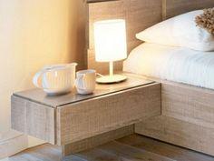 Le chevet suspendu est un élément moderne dans la chambre à coucher qui améliore le style de l'intérieur en offrant la possibilité d'un rangement pratique.