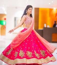 Model IS Looking Sizzling Hot In The Designer Bollywood Saree. The Fusion Of Embroidery Adds Charm To The Entire Fabric Made Of Banglori Silk . Pink Coloured Saree Looks Stunning and The Matching Blou. Lehenga Saree Design, Half Saree Lehenga, Pink Lehenga, Saree Look, Lehenga Designs, Bridal Lehenga, Net Lehenga, Lehenga Gown, Heavy Lehenga
