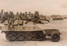 Los panzergranadiers a lomos de los transportes blindados SdKfz 251. El vehículo más cercano ha perdido el guardabarros delantero.