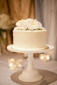 Love Wedding Cakes Single cake with amazing cake stand and a lot of flowers on the table. Pretty Cakes, Beautiful Cakes, Amazing Cakes, Small Wedding Cakes, One Teir Wedding Cake, One Tier Cake, Single Tier Cake, Small Weddings, Engagement Cakes