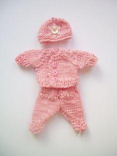 Barboteuse main rose tricoté avec chapeau à 01:12, multiplier par Mimi des Minnies Miniatures.  Tricot miniature.  Maison de poupées tricotés de vêtements.