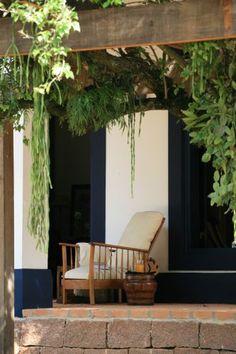 Espreguiçadeiras de fibra natural da Casual Móveis com tecido listrado da Entreposto compõem o mobiliário da varanda da casa da Fazenda Cachoeira, em Cabreúva (SP), trabalho de Dado Castello Branco