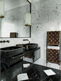 7 Idées De Design De Salle De Bains Noires De Luxe  Le noir est une couleur luxueuse classique et toujours une bonne idée de décor quand il s'agit du design d'intérieur de salle de bains. | www.magasinsdeco.fr #salledebainsnoires #salledebaindeluxe #designdinterieur #designminimaliste #designcontemporain