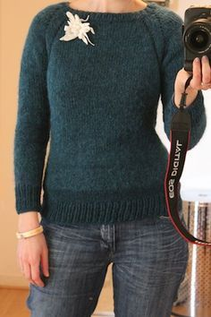 Et voici le tuto demon pull à raglan 1970s, designed by me! Ce modèle se tricote en rond en commençant par l'encolure. Taille 36 (voir notes ci-dessous pour les tailles plus grandes). Matériel uti...
