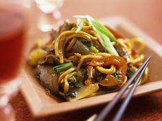 Asiatische Nudeln mit Gemüse und Rindfleisch ist ein Rezept mit frischen Zutaten aus der Kategorie Nudeln. Probieren Sie dieses und weitere Rezepte von EAT SMARTER!