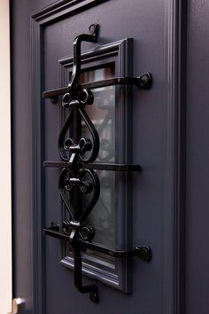 Voordeur antraciet met zwart sierrooster Deze prachtige voordeur is gevonden uit de serrie Nostalgie van de Hollandse design deuren premium serie bij Polytec Nederland. De antracietgrijze voordeur heeft een massief smeedijzer zwart sierrooster wat thermisch verzinkt is in de voordeur. Bij de afwerking is een hardstenen dorpel geplaatst. In het deurpaneel zit een RVS brievenbus en RVS handgreep. Dat noem je prachtig binnen komen! Model 6752-10 Polytec Door Handles, Stairs, Doors, Interior, Home Decor, Door Knobs, Stairway, Decoration Home, Indoor
