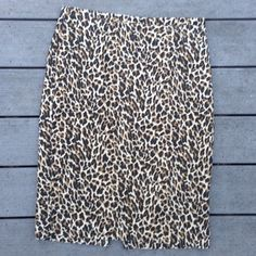 J crew leopard skirt Adorable cotton leopard skirt with a tiny back slit. Hits just below the knee. So cute and flirty! Excellent used condition. J. Crew Skirts Pencil