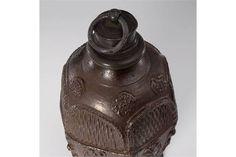Creussener Schraubflasche mit Planetendarstellung. Um 1700. Braunes Steinzeug, dunkelbraun engobi