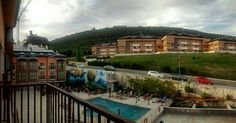 En #Instagram: Ya en Jaca. Nos están mal las vistas verdad? Estoy deseando probar esa piscina (esperemos que mañana no llueva). . #pirineos #mountain #pool #summer #jaca #huesca #España #viaje #trip http://ift.tt/2adf3DB