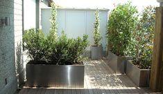Progettare spazi verdi: Arredamento terrazzo: fioriere in acciaio su ...
