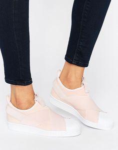 ¡Cómpralo ya!. Zapatillas de deporte sin cierres en rosa Superstar de adidas Originals. Zapatillas de deporte de Adidas, Exterior de tela, Bordes de cuero, Diseño sin cierres, Parte delantera cruzada, Lengüeta en la parte trasera, Borde con forma, Detalle de la marca, Dibujo moldeado, No lavar, 50% cuero auténtico, 50% textil. Exterior. ACERCA DE ADIDAS Founded more than 60 years ago, Adidas is one of the most iconic streetwear brands in the world. Su incomparable capacidad para fusionar...