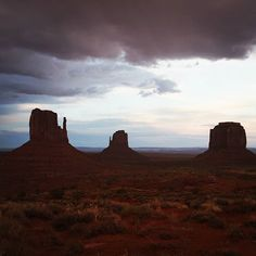 When we arrived in Monument Valley a thunderstorm had just occured. A very special atmosphere you can hardly capture in pics #monumentvalley #thunderstorm #exploreutah #utah #utahphotography #roadtripusa #buttes #instapassport #travelgram #travelinsta #be