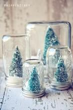 Schöne Idee zum Selbermachen zu Weihnachten. Ein paar Gläser auf den Kopf stellen und mini Weihnachtsbäume auf den Deckel kleben.