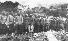 Anzac'lar tarafından yol yaptırılan Türk esirleri..
