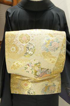 白金に四季の草花に道長取り切嵌文様美しい袋帯です。