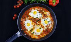 Schnell zubereitet und mega lecker - damit lässt sich dieses herrliche Low Carb Shakshuka wohl am besten beschreiben. DieSpezialität der nordafrikanischen und israelischen Küche besteht aus pochierten Eiern, die in einer Tomatensauce zubereitet werden. So einfach und doch so köstlich!