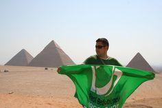 Pepito luciendo la bandera del centenario del Real Betis Balompié. Detrás del forofo futbolero, a su izquierda, vemos la tercera de las pirámides, la más pequeña: La Pirámide de Micerinos. Centenario, Sphynx, Egyptian, Voyage