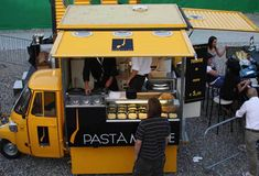 Come aprire uno Streetfood Food Stall Design, Food Cart Design, Food Truck Design, Mobile Food Cart, Mobile Food Trucks, Kiosk Design, Cafe Design, Coffee Carts, Coffee Shop