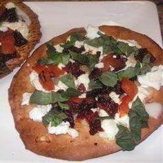 Pizza no pão árabe com pimentão vermelho, tomate seco e queijo de cabra