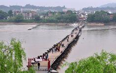 Un pont flottant ancien sur le fleuve Gongjiang dans la ville de Ganzhou de la province orientale du Jiangxi, le 1er avril 2013