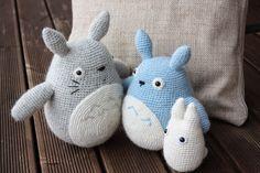 Amigurumi Totoro Receita : Here we have a wonderful set of three hand crocheted totoro
