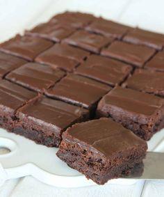 Baka underbart goda fudge brownies – klicka här för recept! No Bake Desserts, Dessert Recipes, Baking Recipes, Cookie Recipes, Fudge Brownies, Swedish Recipes, Piece Of Cakes, Food Cakes, Cake Cookies