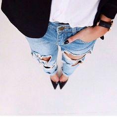 calça rasgada e scarpin preto.