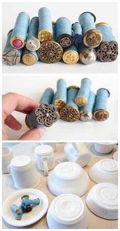Texturas com botões Polymer Clay Projects, Diy Clay, Polymer Clay Jewelry, Polymer Clay Tutorials, Diy Fimo, Polymer Clay Tools, Clay Beads, Clay Stamps, Cerámica Ideas