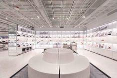 NIKE house of innovation 000 opens immersive flagship store in NYC with wavy glass façade designboom Nike Retail, Retail Me, Retail Space, Experience Center, Retail Experience, Customer Experience, Nike App, Innovation, Six Story
