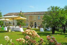In der Ebene der Emilia-Romagna im bezaubernden Ort Russi befindet sich das 4-Sterne Hotel Relais Villa Roncuzzi inmitten eines gepflegten Gartens. Das liebevoll renovierte Herrenhaus aus dem 20. Jahrhundert bietet 20 individuell eingerichtete Zimmer und Suiten, die gekonnt moderne Annehmlichkeiten mit den ursprünglichen Gegebenheiten des historischen Landhauses verbinden. Inhaberin Patrizia Poggi hat in diesem kleinen Hotel in Italien ihre Leidenschaft für zeitgenössische Kunst…