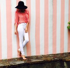 Spring outfit with white jeans and coral shirt.
