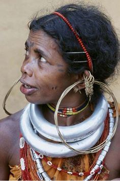 Portrait of a Gadaba woman wearing traditional jewelry consisting of large hoop earrings and thick neck rings, India. Ethnic Jewelry, India Jewelry, Western Jewelry, Bohemian Jewelry, Country Girls Outfits, Country Girl Style, We Are The World, People Around The World, Neck Rings