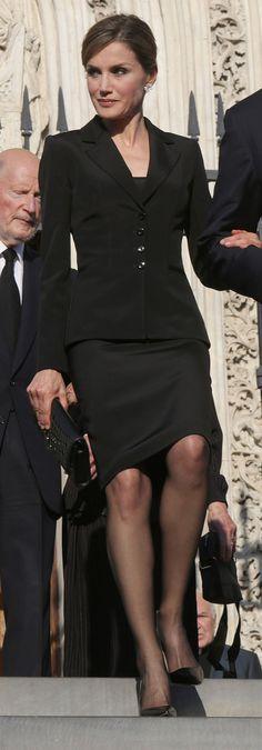 Doña Letizia eligió un atuendo muy parecido para el funeral de Kardam de Bulgaria, el pasado junio en Madrid.