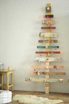 ベニヤ板をペイントしてつくったツリーに好きな飾りをdんどん増やして。