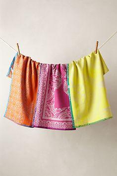 Bright indoor/outdoor linens. #weddingchicks   http://www.weddingchicks.com/2014/06/13/skinny-cocktails/