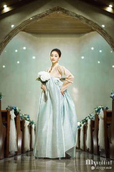 Simple and elegant. Korean Traditional Dress, Traditional Fashion, Traditional Dresses, Korean Fashion Minimal, Asian Fashion, Korea Dress, Modern Hanbok, Korean Wedding, Korean Outfits