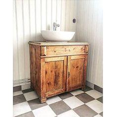 BADRUM ➰ Få ett mer personligt uttryck i ett nybyggt hus genom att blanda in gamla möbler. Här ett ypperligt sätt att få ett stelt och cleant nybyggt badrum att kännas genuint och charmigt. Hemma hos @elingatanett Ett gammalt trärent skåp blir en kommod efter att ha behandlats med vax för att klara fukt och väta. Fint!